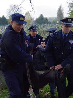 Полиција на силу носи Николу Алексића из гробља